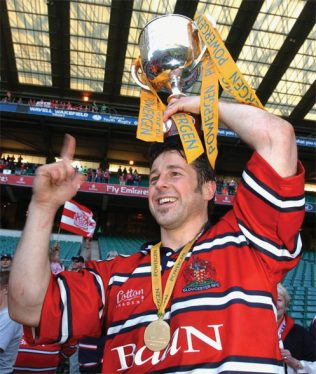Andy Gomarsall raises the Powergen Cup Twickenham 2003